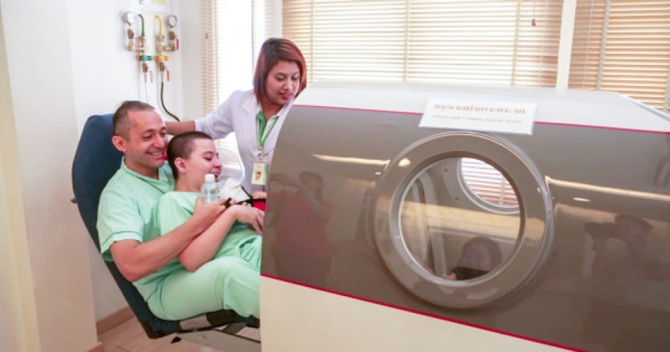 CP pacient care intră hyperbaric oxigen camera HBOT la o mai bună fiind Hospital