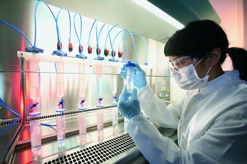 pracownik-w-trakcie-pracy-laboratoryjnej