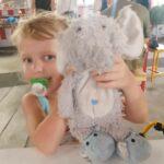 Lotta cu elefantul ei de pluș