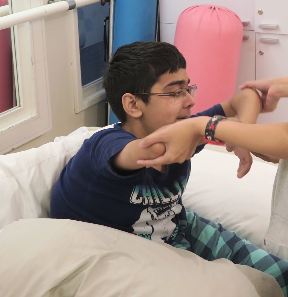 Saif în timpul unei sesiuni de fizioterapie